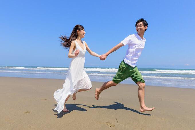 海で楽しむカップル